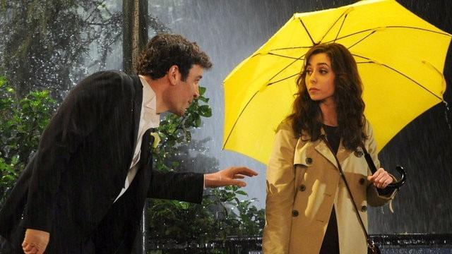 casal com guarda-chuva amarelo HIMYM